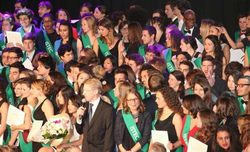 法国高等科学技术与经济(ISTEC)商业学院毕业生合照